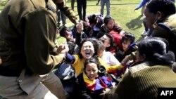 Cảnh sát Ấn Ðộ bắt giữ người biểu tình Tây Tạng bên ngoài Ðại sứ quán Trung Quốc ở New Delhi, ngày 16/2/2012