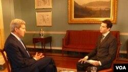 Le secrétaire d'Etat américain, John Kerry répondant aux questions de Jacques Aristide