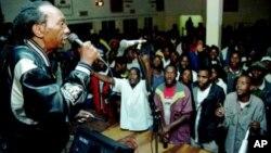 FILE: Zimbabwean pop star Thomas Mapfumo, a hero of Zimbabwe's liberation struggle, performs in Chitungwiza, south of Harare, Zimbabwe. (File Photo)