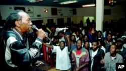 Zimbabwean pop star Thomas Mapfumo, a hero of Zimbabwe's liberation struggle, performs in Chitungwiza, south of Harare, Zimbabwe. (File Photo)