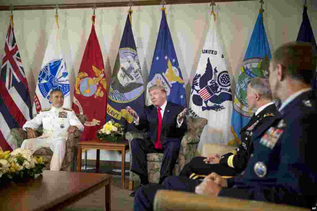 在夏威夷的美军太平洋司令部,美国总统川普参加简报会,也与美军太平洋司令部司令哈里·哈里斯上将(左)会晤(2017年11月3日)。川普上任后不久就宣布推行强军计划,以维护美国的国家安全和利益。他在首次出访亚太地区的第一站先访问代表美国在亚太地区军事实力的太平洋司令部,被认为具有重要的象征意义。