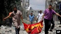 在加沙北部一個居民區的巴勒斯坦人舉起白旗