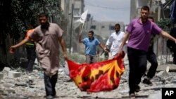 가자지구 북부 시자이야 구역의 팔레스타인 주민들이 20일, 이스라엘군의 공격을 피해 백기를 들고 피신하고 있다.
