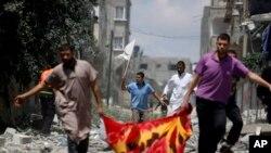 Gazze kentinin Şicaiye mahallesinde beyaz bayrakla ölü ve yaralıları taşıyan Filistinliler
