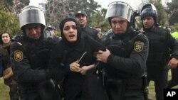 Ադրբեջանի մայրաքաղաք Բաքվում 2013 թ. հունվարի 26-ին անցկացված բողոքի ցույցի մասնակցի ձերբակալություն (արխիվային լուսանկար)