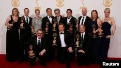 22일 미국 캘리포니아 주 로스앤젤레스의 노키아 극장에서 열린 에미상 시상식에서 드라마 부문 최우수 작품상을 수상한 '브레이킹 베드' 출연진과 제작진이 기념촬영을 하고 있다.