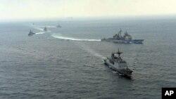 Angkatan Laut Korea Selatan melakukan latihan militer dengan AL Amerika di pantai timur Korea Selatan (14/3).
