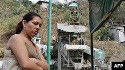 Vợ của một công nhân bị kẹt dưới mỏ đến khu vực mỏ để chờ tin tức