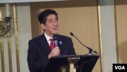 2013年4月日本首相安倍访问莫斯科,对两国工商界发表演讲。 (美国之音白桦拍摄)