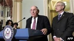 Chủ tịch Ủy ban Quân vụ Thượng viện Carl Levin (trái) và trưởng khối đa số Thượng viện Harry Reid nói chuyện tại cuộc họp báo