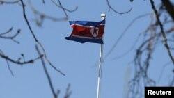 朝鲜驻北京大使馆外的朝鲜国旗