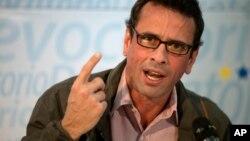 El líder opositor, Henrique Capriles, hizo un llamado a desconocer el decreto de emergencia.