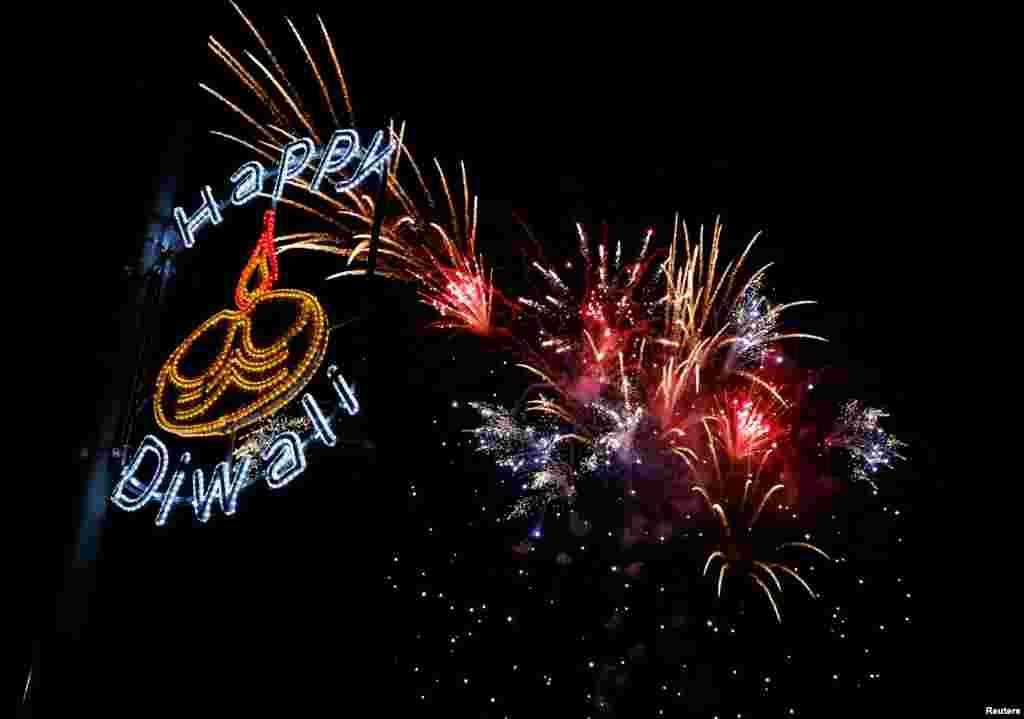 Kembang api menghiasi angkasa dalam perayaan festival cahaya Diwali di Leicester, Inggris.