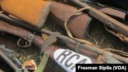 Des armes de fabrication artisanale saisies à Bangui, 2015. (VOA/Freeman Sipila)