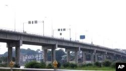 နယ္စပ္ဂိတ္ျဖစ္တဲ့ ခ်စ္ၾကည္ေရး တံတားကုိ ျမန္မာဘက္က ဇူလုိင္လ ၁၂ ရက္က ပိတ္လုိက္လုိ႔ ကုန္စည္စီးဆင္းမႈေတြလည္း ရပ္တန္႔သြားတာပါ။