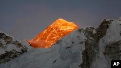 Puncak gunung Everest terlihat dari Kalapatthar, Nepal. (foto: dok).