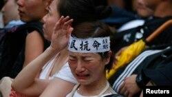 2일 홍콩에서 밤샘 민주화 시위를 벌인 시위대가 경찰에 의해 강제 해산되고 있다.
