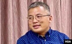 香港记者协会主席陈朗升表示,《端传媒》将总部迁往新加坡,当中可能有关于财务的原因, 不过,他认为国安法之下,在香港评论中港两地时政的自由度,可能比新加坡更狭窄 (美国之音/汤惠芸)