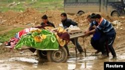 Những người thân trong gia đình của một nạn nhân bị giết hại trong một đợt không kích của Liên quân tại Mosul, Iraq.