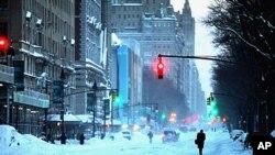 Des piétons près de Central Park, à New York, après la tempête