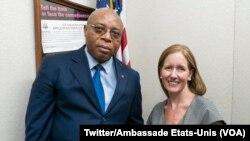 Consule ya Etats-Unis Christne Fagan azali kopesa passeports na baye basengaki kosala mobembo na Kinshasa, 4 mars 2020. (Twitter/Ambassade Etats-Unis)