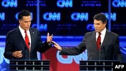 Bivši guverner Masačusetsa Mit Romni i guverner Teksasa Rik Peri tokom debate na Floridi