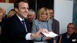 Ứng viên Emmanuel Macron bỏ phiếu hôm 23/4.