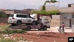 15일 시리아 폭탄 테러 현장 주변에서 견인 중인 UN 감시단 차량.
