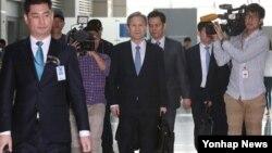 미국 방문에 나선 김관진 한국 청와대 국가안보실장(가운데)이 14일 인천공항에서 출국장으로 향하고 있다.