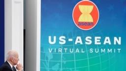 Presiden AS Joe Biden berpartisipasi dalam KKT ASEAN yang dilaksanakan secara virtual dari auditorium di Gedung Putih, pada 26 Oktober 2021. (Foto: Reuters/Jonathan Ernst)