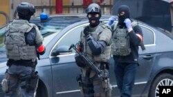 Cảnh sát trong đội đặc nhiệm của Bỉ bảo vệ khu vực vụ đột kích ở khu vực Molenbeek ở thủ đô Brussels, Bỉ, hôm 18/3.