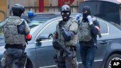 在比利时布鲁塞尔发动突袭时特种行动警察封锁的莫伦贝克区的街道。(2016年3月18日)