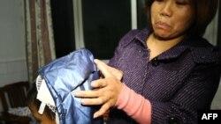 حملے میں زخمی ہونے والے ایک بچے کی ماں یہ بتا رہی ہے کہ اس کا بیٹا کس طرح زخمی ہوا تھا۔16 دسمبر 2012