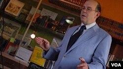 Arthur Harrison mendemonstrasikan cara memainkan theremin. Berbeda dengan aslinya, theramin rancangannya menggunakan piringan yang berfungsi sebagai antena.