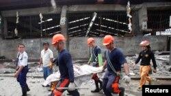 10月15日地震发生后救援人员在现场抢救
