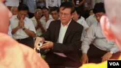 Kem Sokha, the opposition deputy leader, makes a rare public appearance in a religious event to commemorate the anniversary of the 1997 coup, at the party's headquarter, Phnom Penh, Cambodia, July 06, 2016. (Hean Socheata/VO