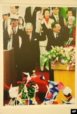 李登輝(前排左)、連戰(前排右)在1996年台灣首次總統直選,當選為總統、副總統