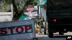 Tentara AD India tiba di pangkalan tentara yang diserang oleh terduga pemberontak (18/9) di wilayah Kashmir yang berada di bawah kendali India. Uri, Barat Srinagar (foto: AP Photo/Mukhtar Khan)