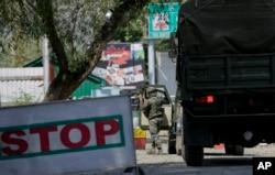 Một binh sĩ quân đội Ấn Độ đến căn cứ quân sự bị tình nghi tấn công bởi các phần tử nổi dậy ở Kashmir, ngày 18 tháng 9 năm 2016.