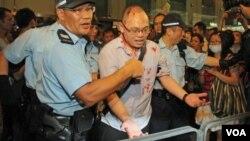 在旺角聲援佔中的一名男子被反佔中人士用硬物襲擊,頭破血流。(圖片來源: 香港蘋果日報網站)