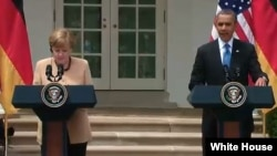 Presiden Obama dan Kanselir Jerman Angela Merkel saat melakukan konferensi pers bersama di Gedung Putih (foto: dok).