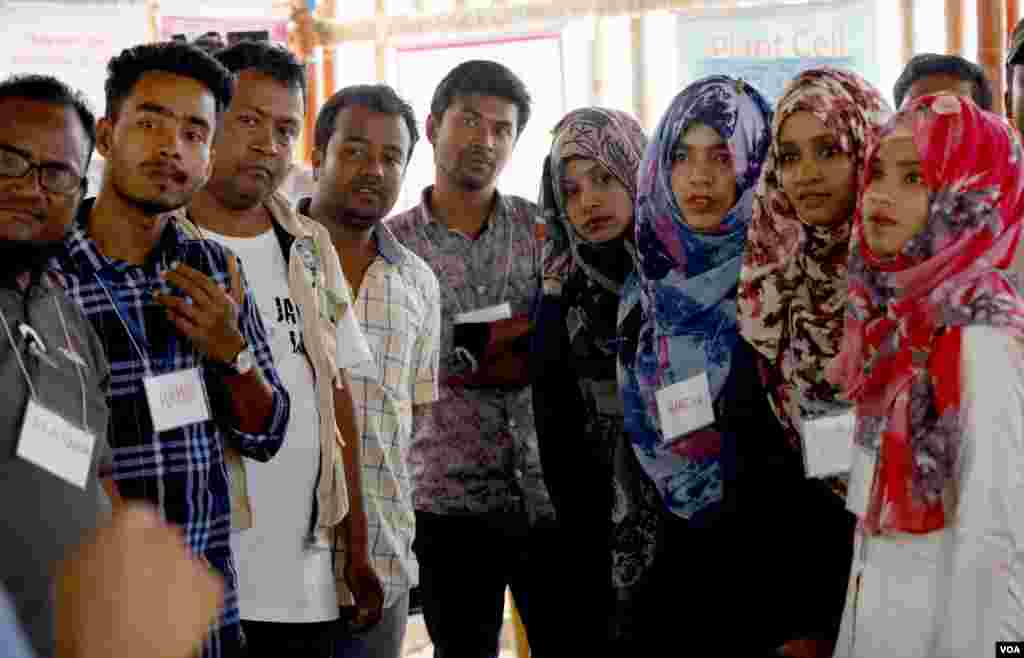 English teachers attend training at Camp 4 refugee camp in Cox's Bazar Mar. 30, 2019. (Hai Do/VOA)