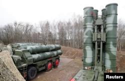 ລູກສອນໄຟ S-400 ຂອງຣັດເຊຍ ເປັນລະບົບລູກສອນໄຟ ຍິງຈາກພື້ນດິນຫາອາກາດ ໄດ້ຖືກນຳອອກມາສະແດງ ຫຼັງຈາກຖືກສົ່ງໄປປະຈຳການ ຢູ່ຖານທັບ ນອກເມືອງ Gvardeysk, ໃກໆກັບ Kaliningrad, ຂອງຣັດເຊຍ, ວັນທີ 11 ມີນາ 2019.