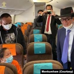 Menteri Hukum dan HAM Yasonna Laoly bersama Maria Pauline Lumowa dalam penerbangan kembali ke Indonesia. (Foto: Kemenkumham)