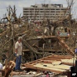 Un habitant de Joplin, la ville ayant connu la tornade la plus dévastatrice de cette année