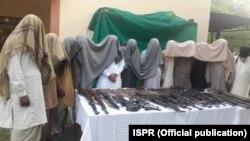 پنجاب کے علاقے حافظ آباد میں دہشت گردی کے خلاف سیکیورٹی فورسز کے آپریشن میں پکڑے جانے والے مشتبہ افراد اور گولا بارود