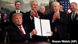 도널드 트럼프 미국 대통령이 25일 백악관에서 골란 고원에 대한 이스라엘의 권리를 공식 인정하는 선언문에 서명했다. 베냐민 네타냐후 이스라엘 총리도 서명식에 참석했다.