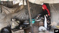 一位伊拉克女难民在她用帐篷做成的家里
