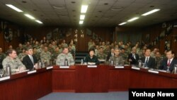 한국 박근혜 대통령 당선인이 22일 서울 용산 한미연합사령부를 방문, 보고받기에 앞서 모두발언을 하고 있다.
