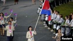 Các vận động viên Campuchia diễu hành trong buổi lễ khai mạc Thế vận hội Olympic London năm 2012.